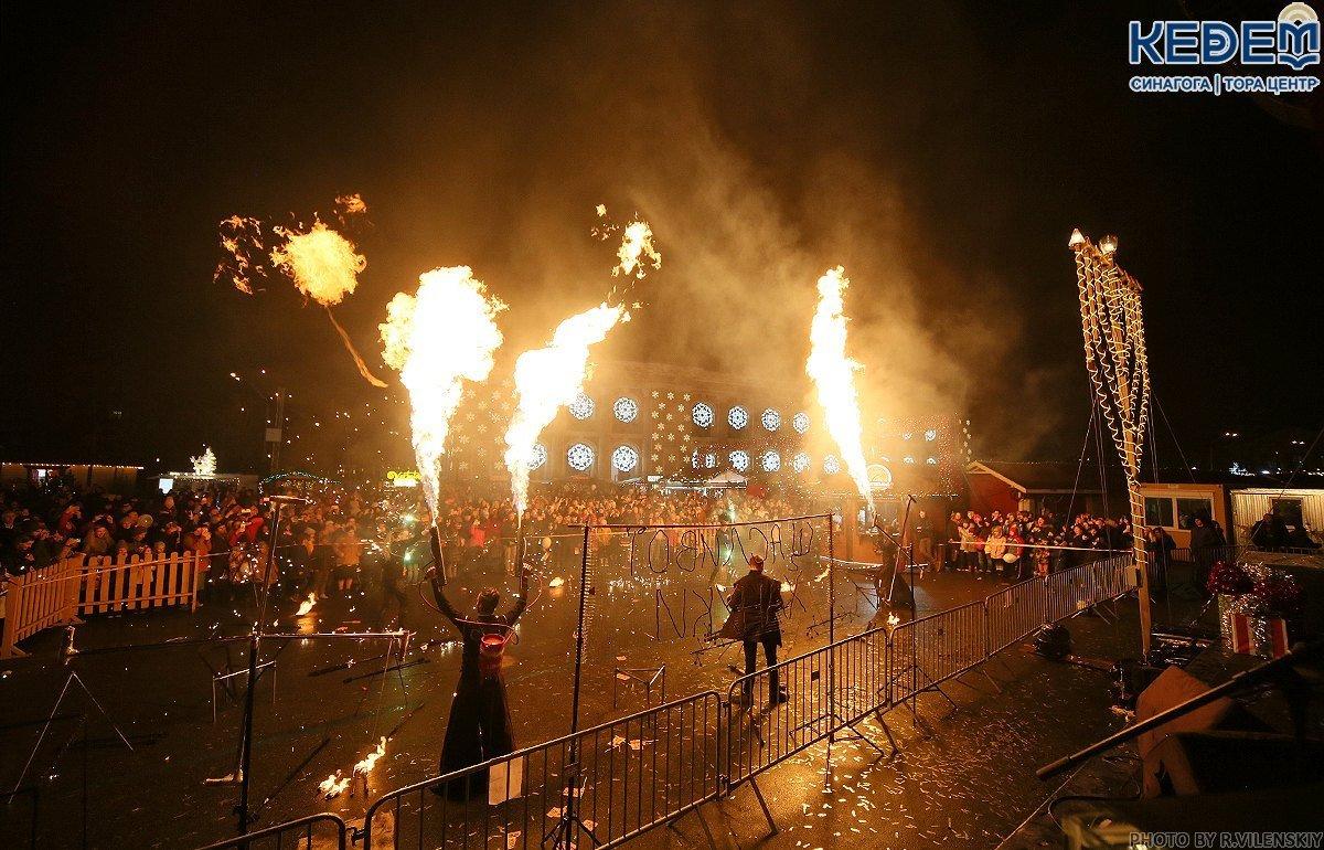 На Контрактовой площади в Киеве зажгли первые ханукальные свечи, - ФОТО, фото-1