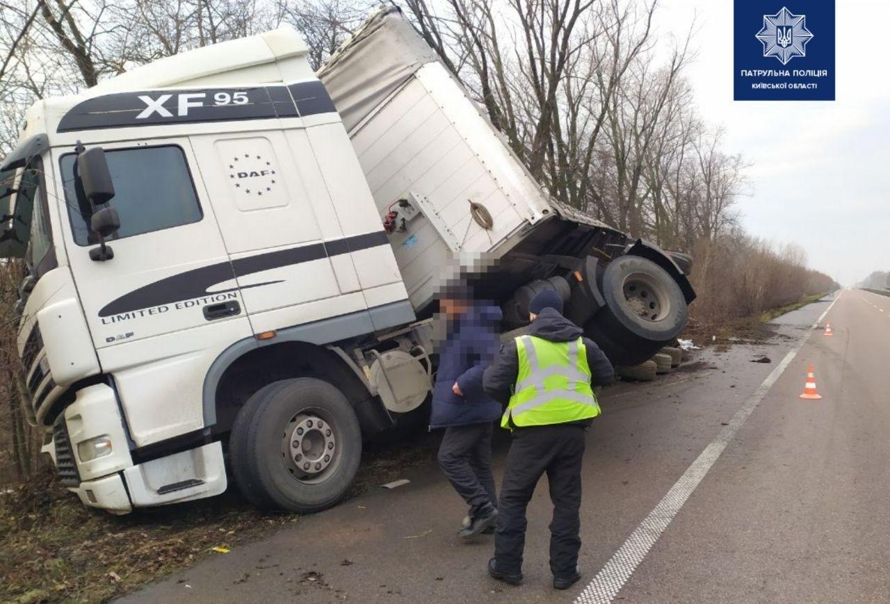 На трассе под Киевом перевернулся грузовик,- ФОТО, фото-1