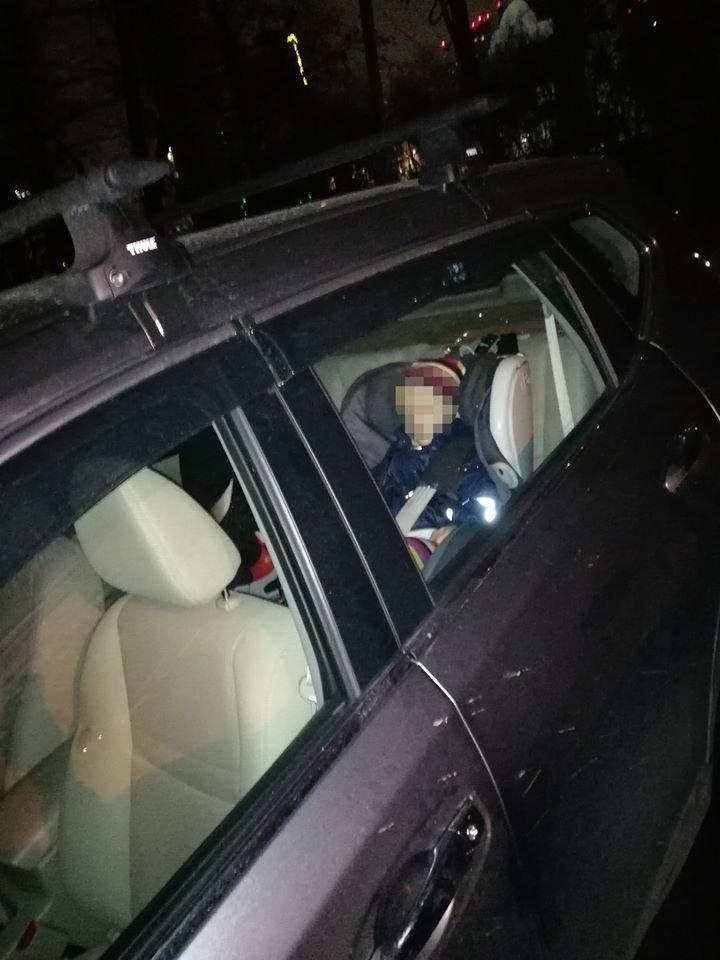 На столичных Теремках родители оставили малолетнего ребенка одного в машине на парковке, - ФОТО, фото-1