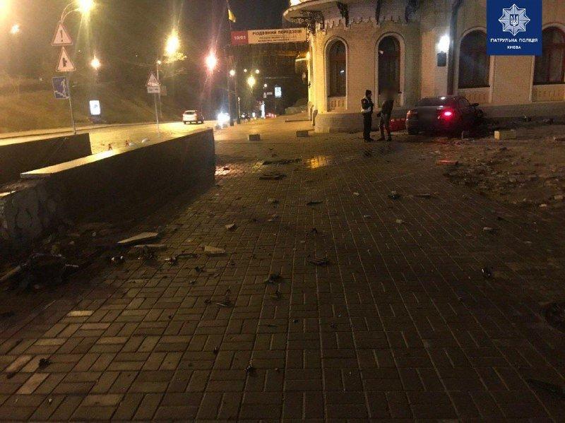 В центре Киева пьяный водитель протаранил здание филармонии: подробности, - ФОТО, фото-1