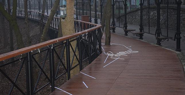 Вандалы оборвали LED подсветку на Аллее художников в Киеве, - ФОТО, фото-1