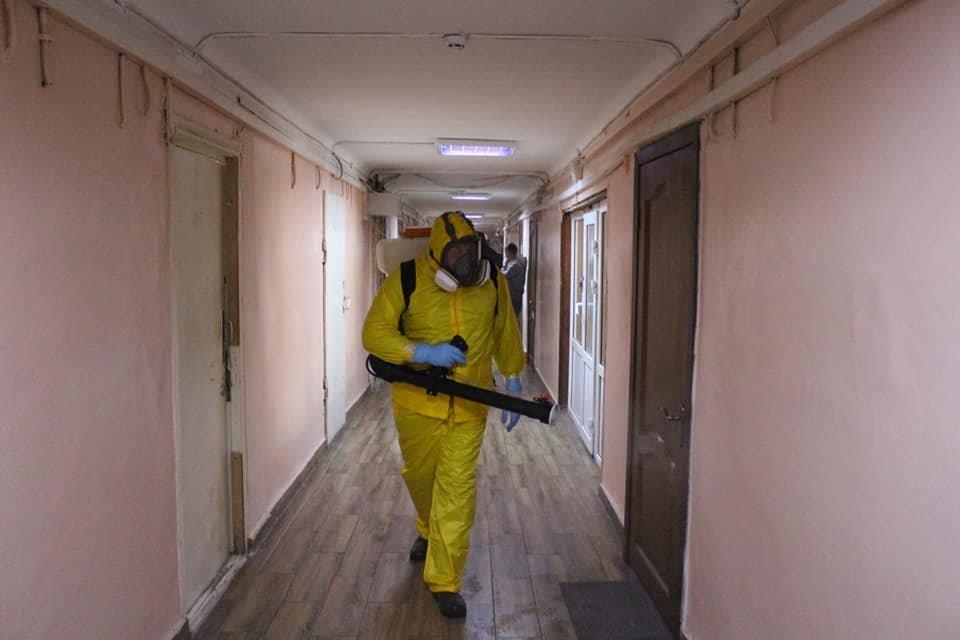 В Киеве провели санитарную обработку в общежитии, где жил заболевший коронавирусом парень, фото-1