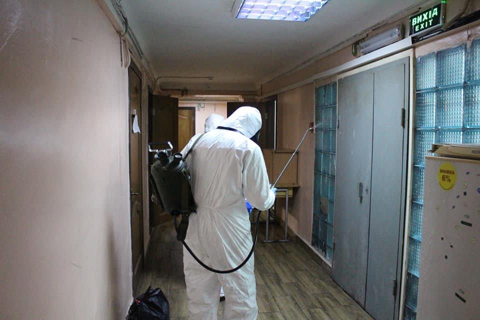В Киеве провели санитарную обработку в общежитии, где жил заболевший коронавирусом парень, фото-2
