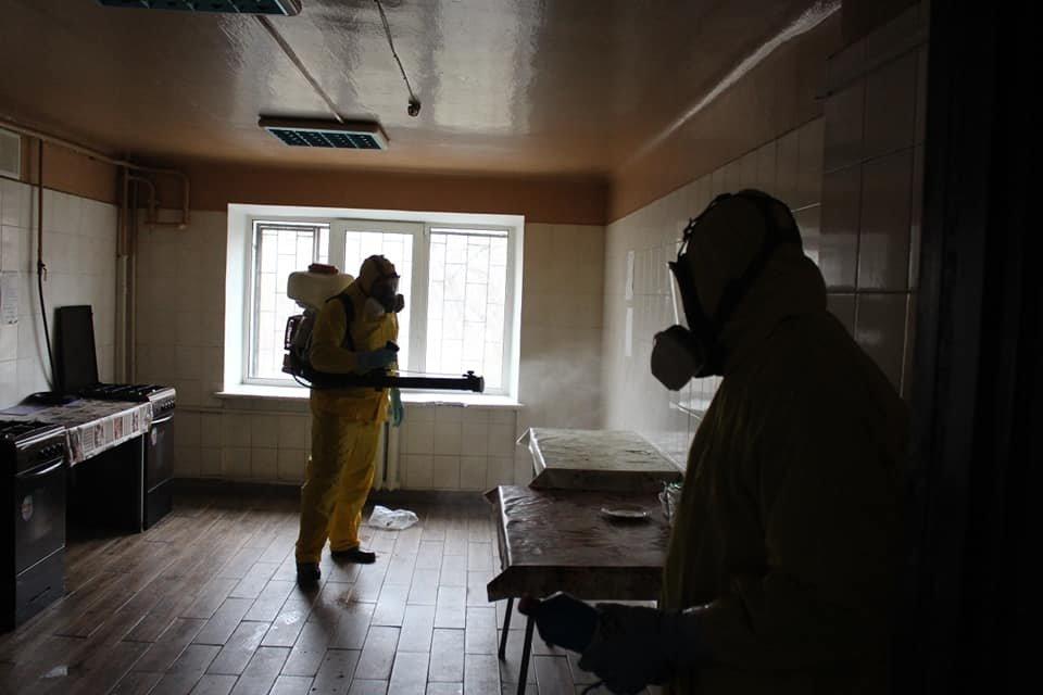 В Киеве провели санитарную обработку в общежитии, где жил заболевший коронавирусом парень, фото-3