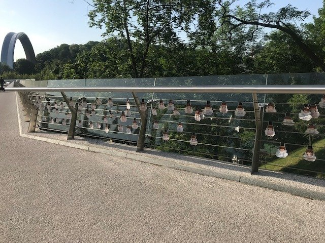 Мост в центре Киева украсили наклейками против детской вакцинации, - ФОТО, фото-1, Фото Sergiy Korsunsky
