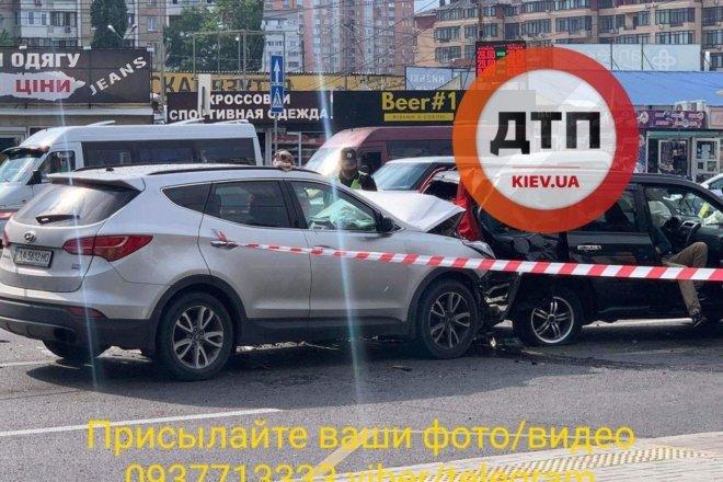ДТП на проспекте Палладина в Киеве: полицейскую зажало между двумя авто, - ФОТО, фото-1