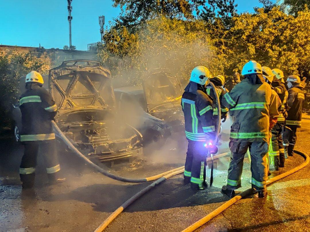 В Киеве на Троещине ночью сгорели два авто, - ФОТО, фото-3