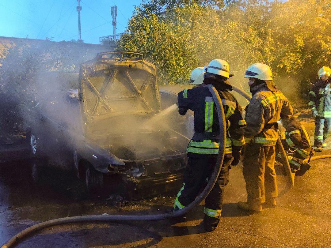 В Киеве на Троещине ночью сгорели два авто, - ФОТО, фото-1