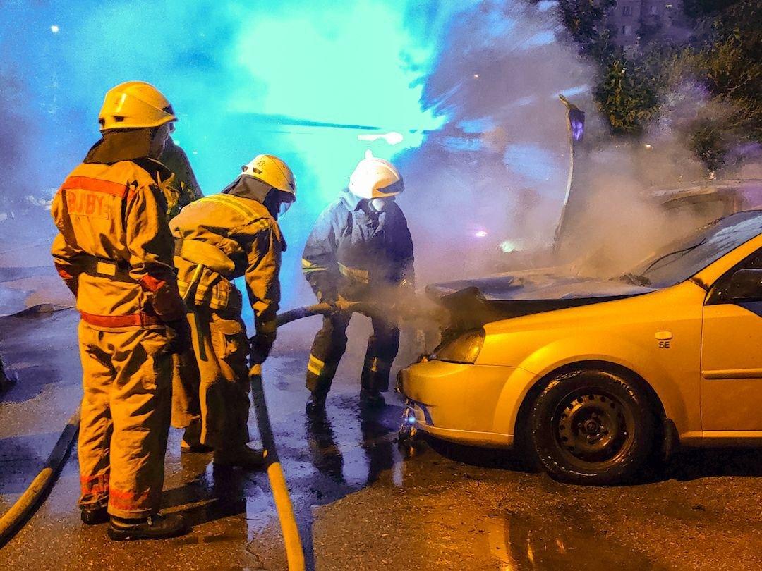 В Киеве на Троещине ночью сгорели два авто, - ФОТО, фото-2