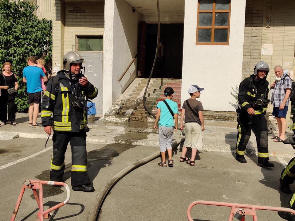 В Киеве загорелась многоэтажка рядом с домом, где недавно произошел взрыв, фото-1