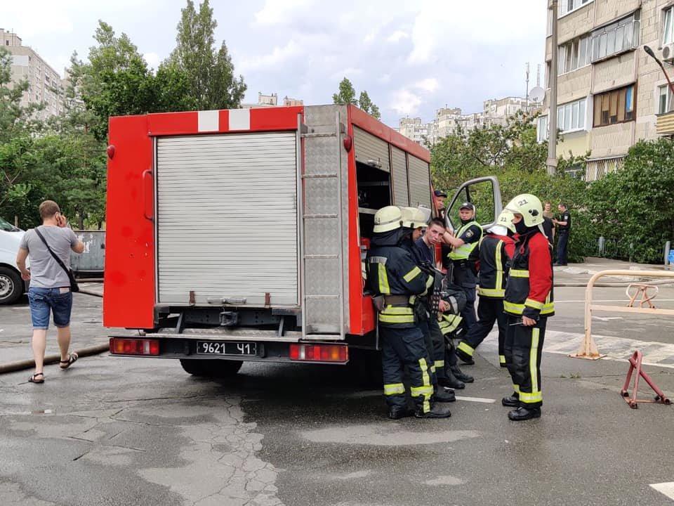 В Киеве загорелась многоэтажка рядом с домом, где недавно произошел взрыв, фото-2