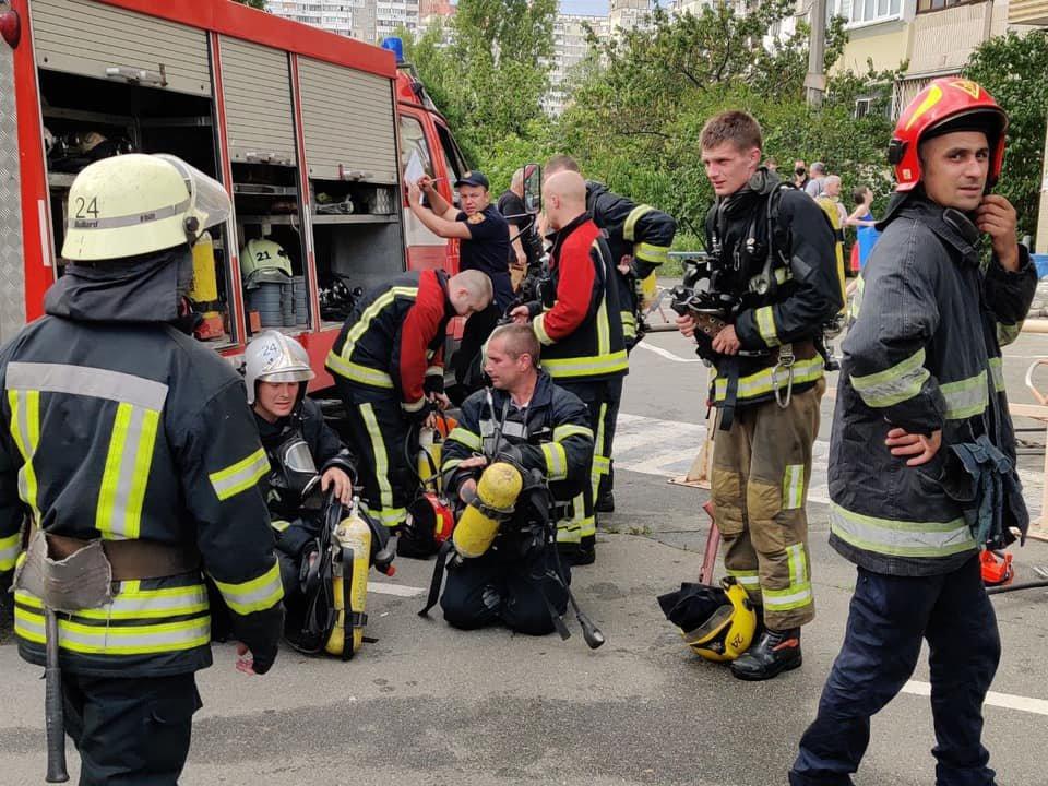 В Киеве загорелась многоэтажка рядом с домом, где недавно произошел взрыв, фото-4
