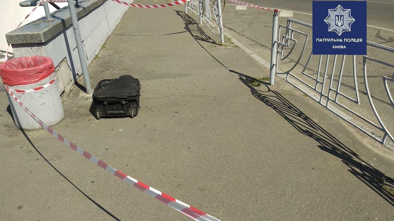 Подозрительная сумка у метро в Киеве: в полиции рассказали подробности , фото-1
