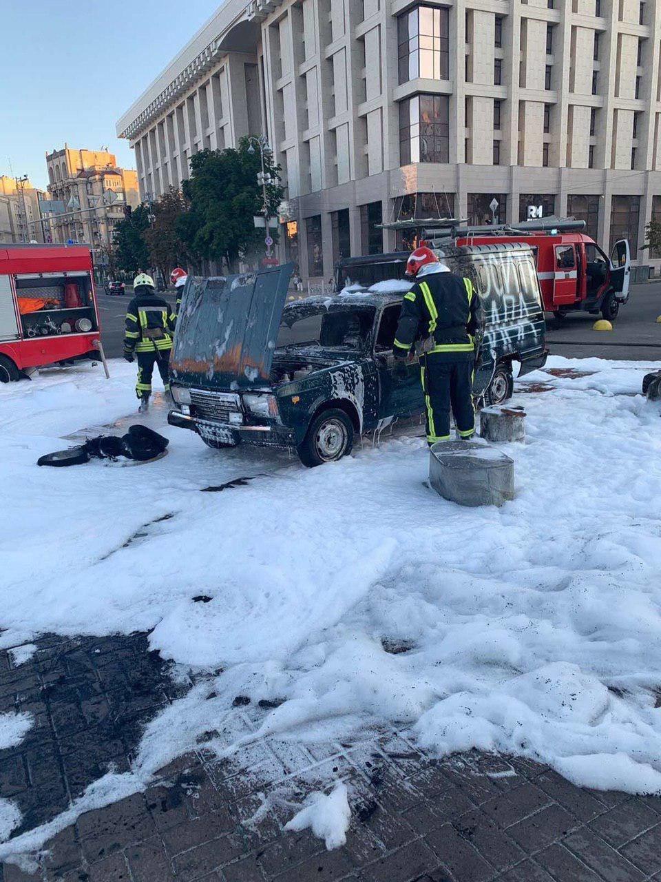 В центре Киева мужчина поджог автомобиль, - ВИДЕО, фото-3