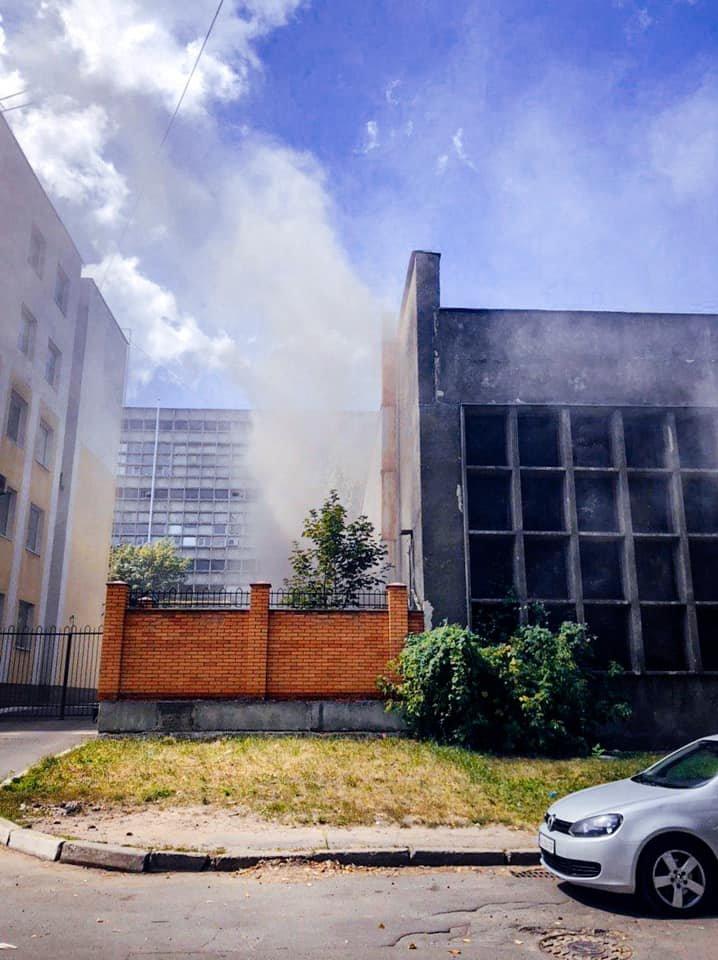 В Киеве на Святошино  загорелся склад - ФОТО , фото-1