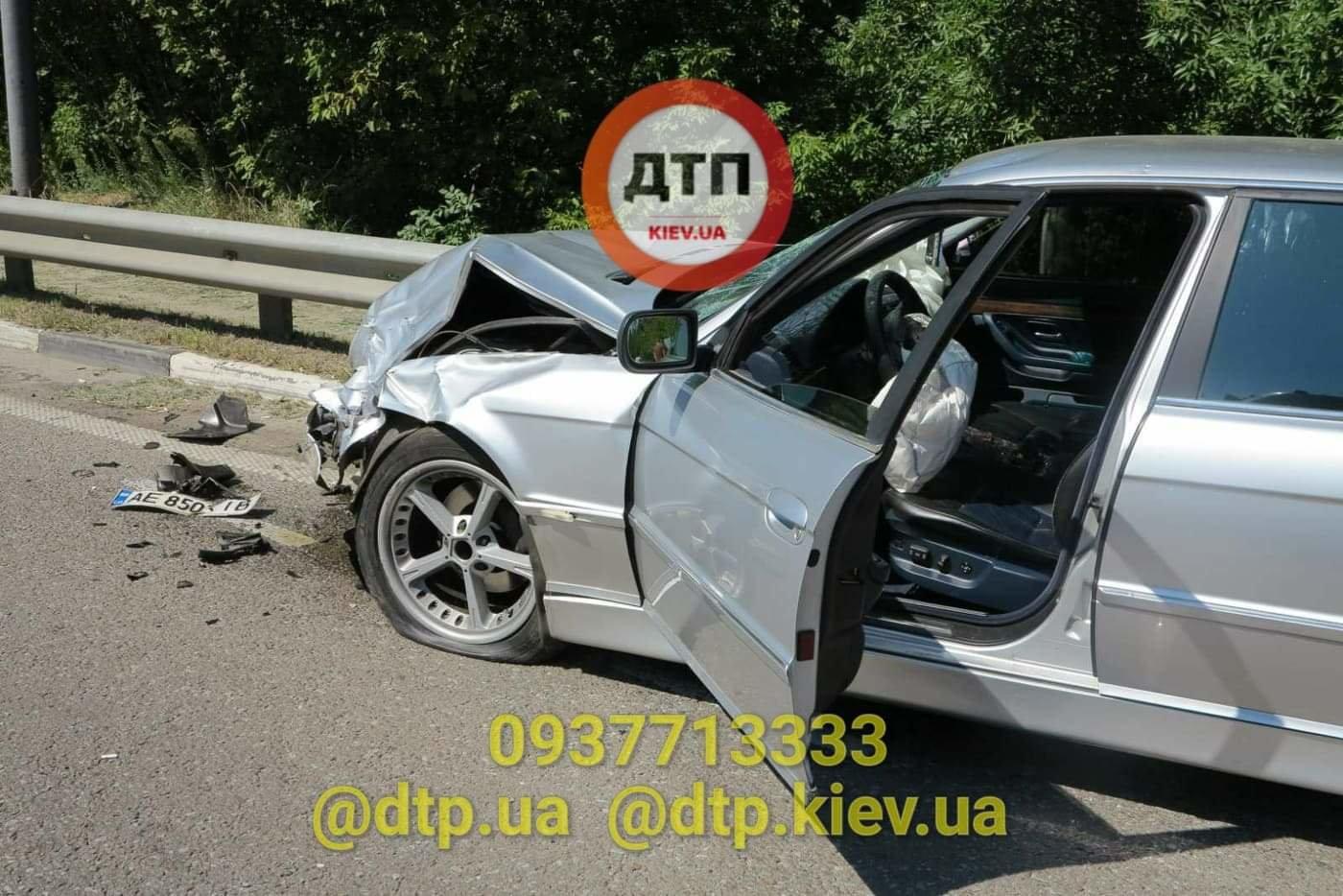 В Киеве произошло серьезное ДТП: легковушка сбила мотоциклиста - ФОТО, фото-1