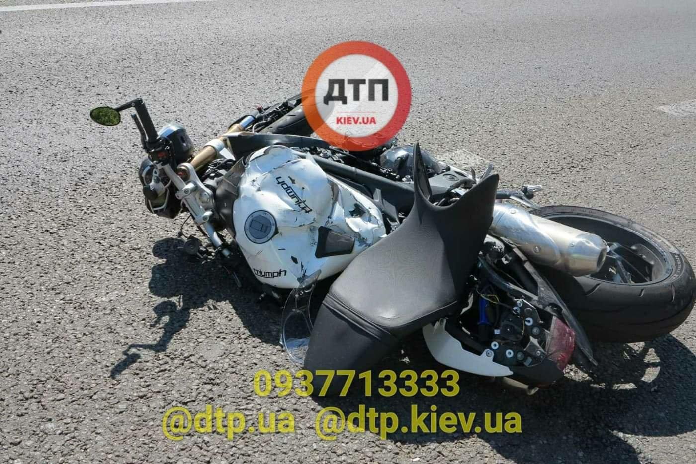 В Киеве произошло серьезное ДТП: легковушка сбила мотоциклиста - ФОТО, фото-4