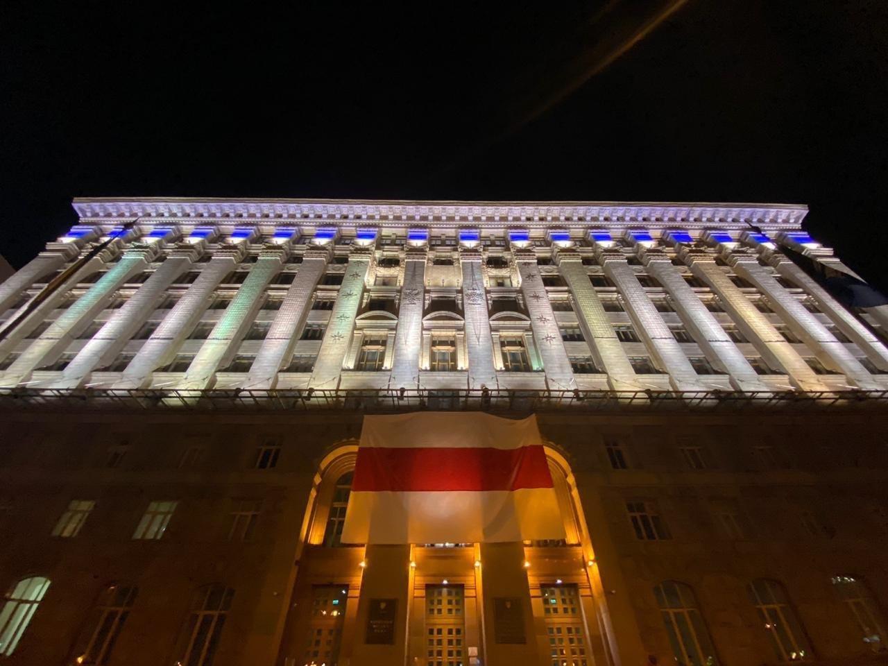 В Киеве на здании КГГА подняли флаг в поддержку Беларуси - ФОТО, фото-1