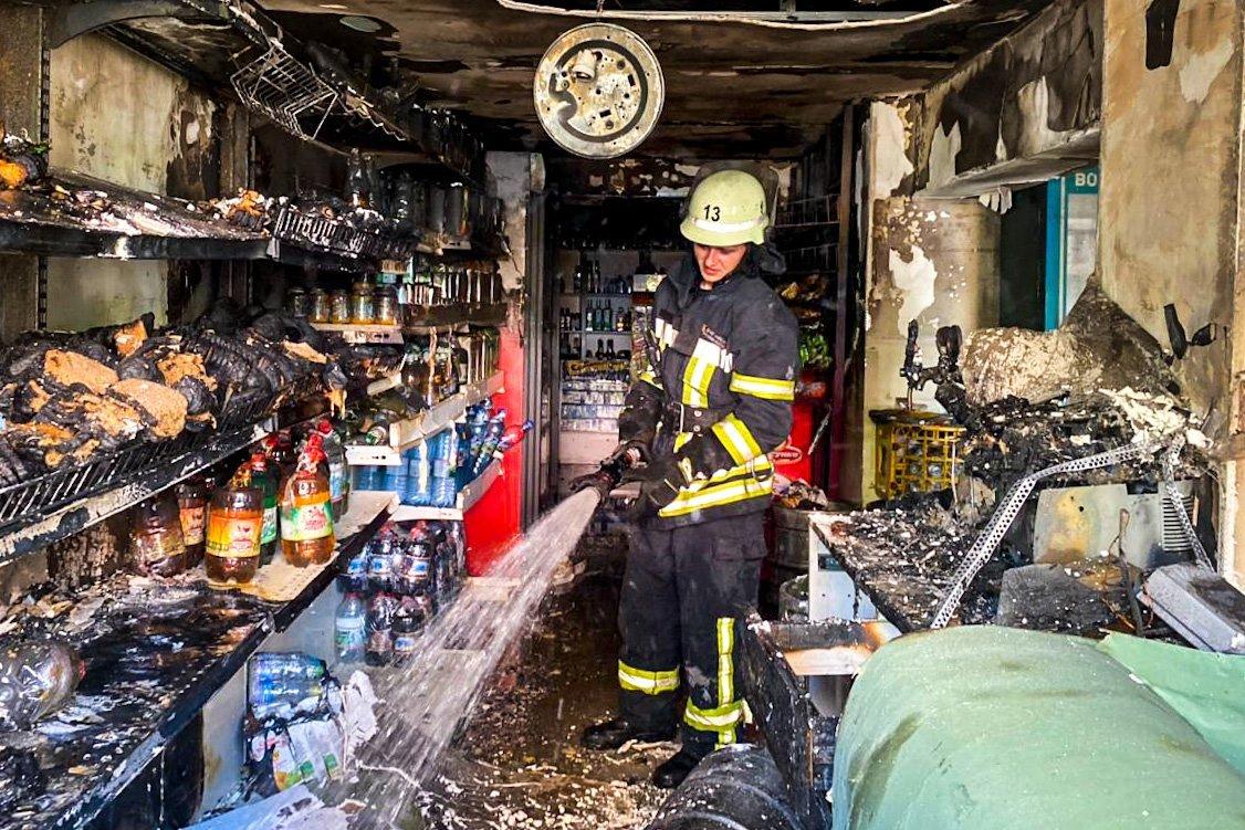 В Киеве на Троещине сгорел магазин, - ФОТО, фото-1
