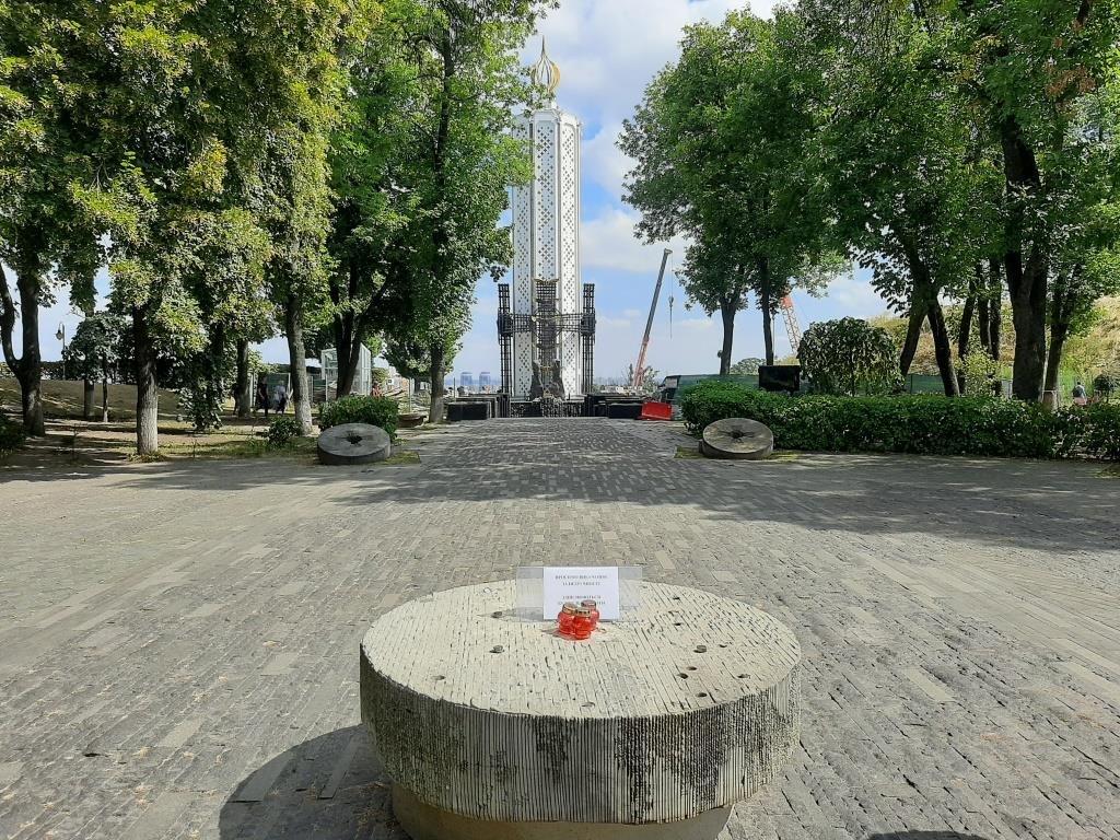 В Киеве демонтировали скульптуру девочки с колосками в музее Голодомора: что произошло, фото-3