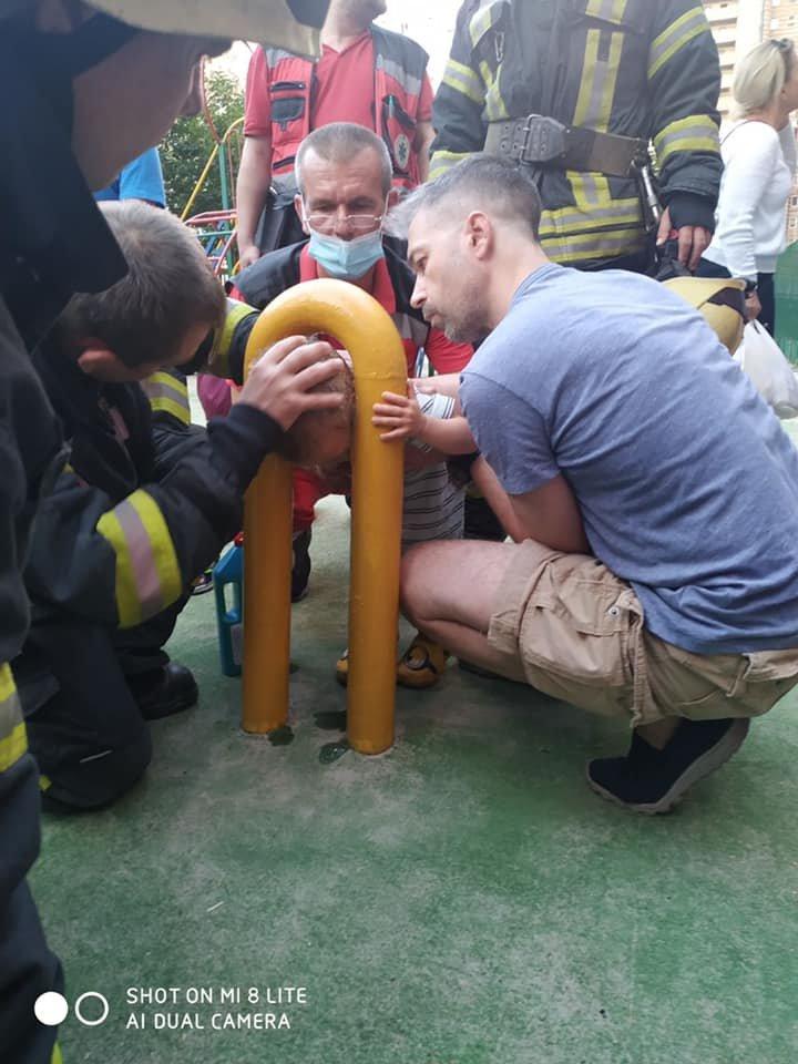 В Киеве двухлетний мальчик застрял в спортивном тренажере - ФОТО, фото-4