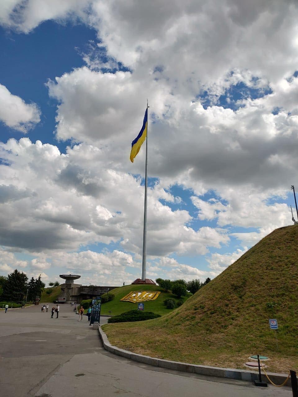 С нового флагштока в центре Киева сняли огромный флаг: что произошло, ФОТО, фото-2, Фото Виталия Кличко