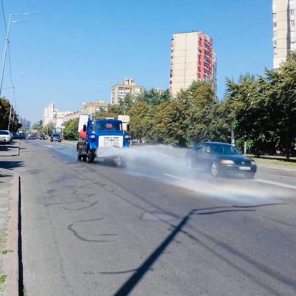 Коммунальщики моют шампунем улицы Киева - ФОТО, фото-1
