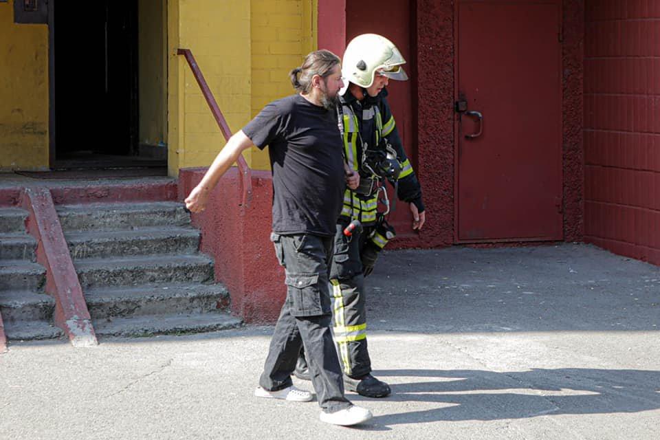 В Киеве на Троещине вспыхнул пожар в жилом доме - ФОТО, фото-2