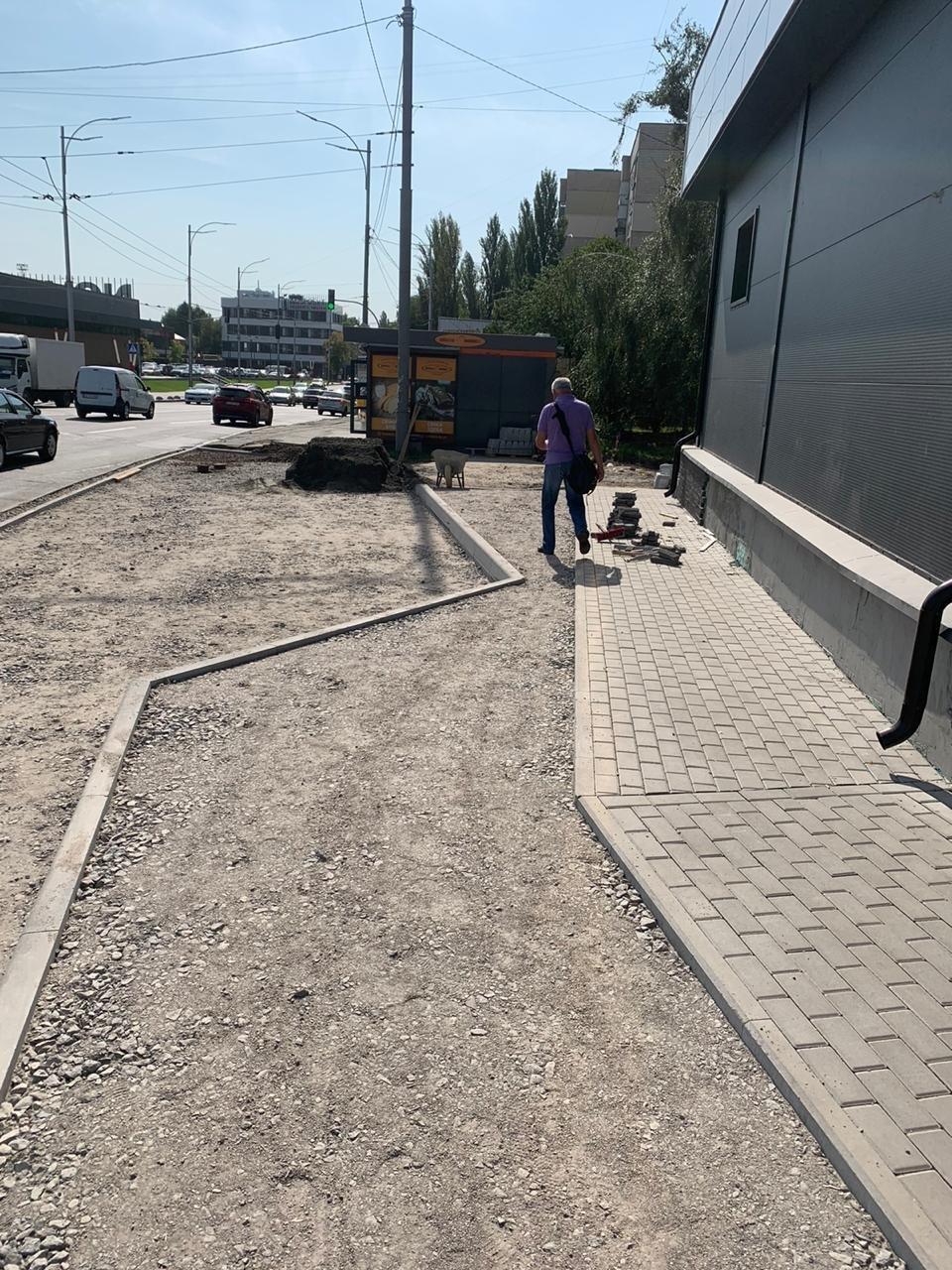 В Киеве частная фирма самовольно переделала тротуар под парковку - ФОТО, фото-3