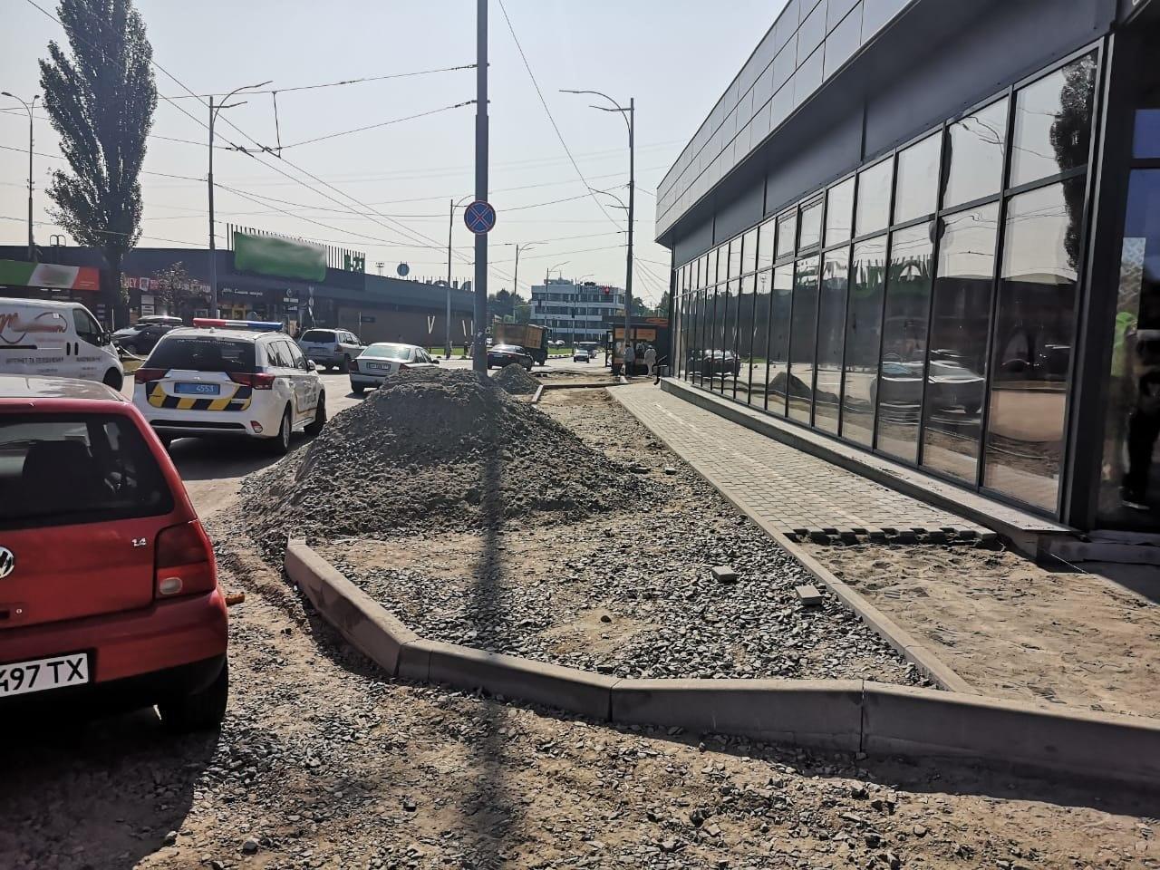 В Киеве частная фирма самовольно переделала тротуар под парковку - ФОТО, фото-1