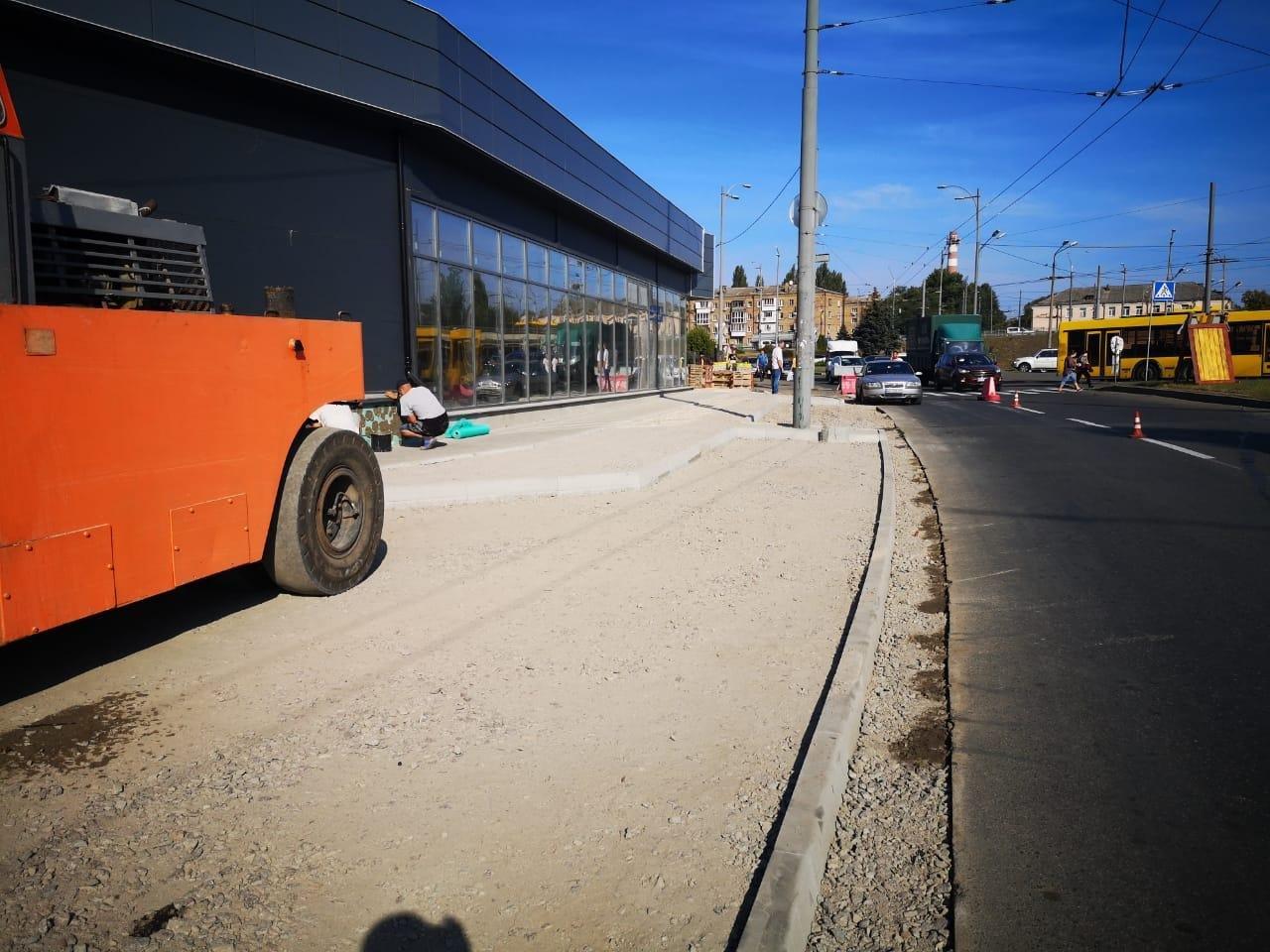 В Киеве частная фирма самовольно переделала тротуар под парковку - ФОТО, фото-2