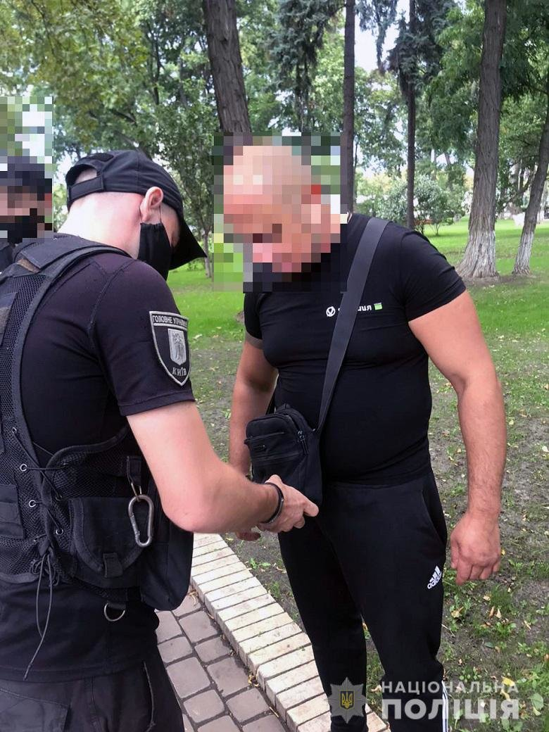 В центре Киева мужчина с ножом угрожал журналистам - ФОТО, фото-1