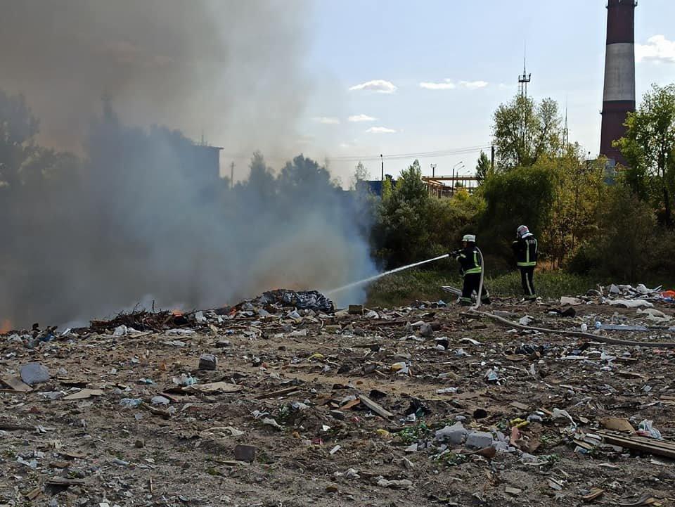 В Киеве на Позняках горит свалка на площади 500 кв. м - ФОТО, фото-1