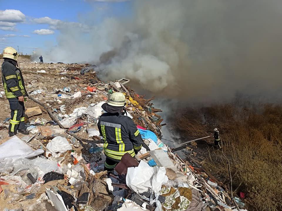 В Киеве на Позняках горит свалка на площади 500 кв. м - ФОТО, фото-2