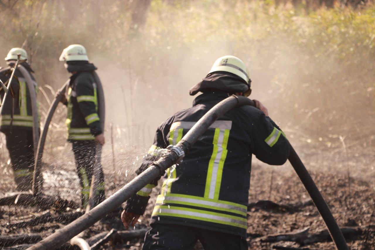 В Киеве продолжается ликвидация пожара на свалке в Дарницком районе - ФОТО, фото-4
