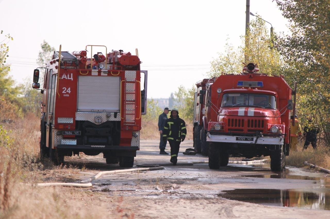 В Киеве продолжается ликвидация пожара на свалке в Дарницком районе - ФОТО, фото-1