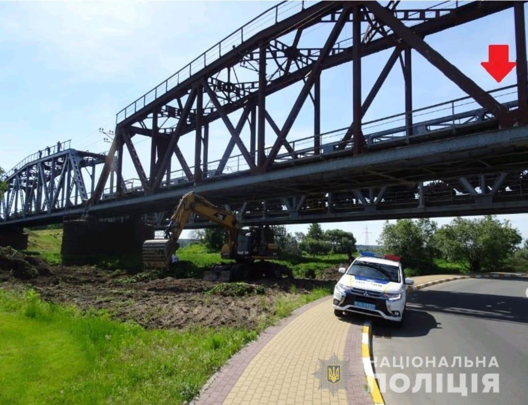 Под Киевом 17-летнего парня  ударило током на железнодорожном мосту - ФОТО, фото-1