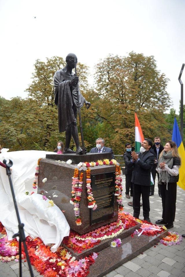 В Киеве появился памятник политику Махатме Ганди, ФОТО, фото-1