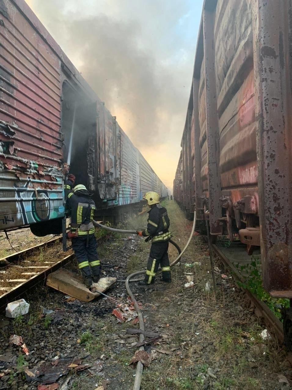 В Киеве на железнодорожной станции горели товарные вагоны,  ФОТО, фото-1