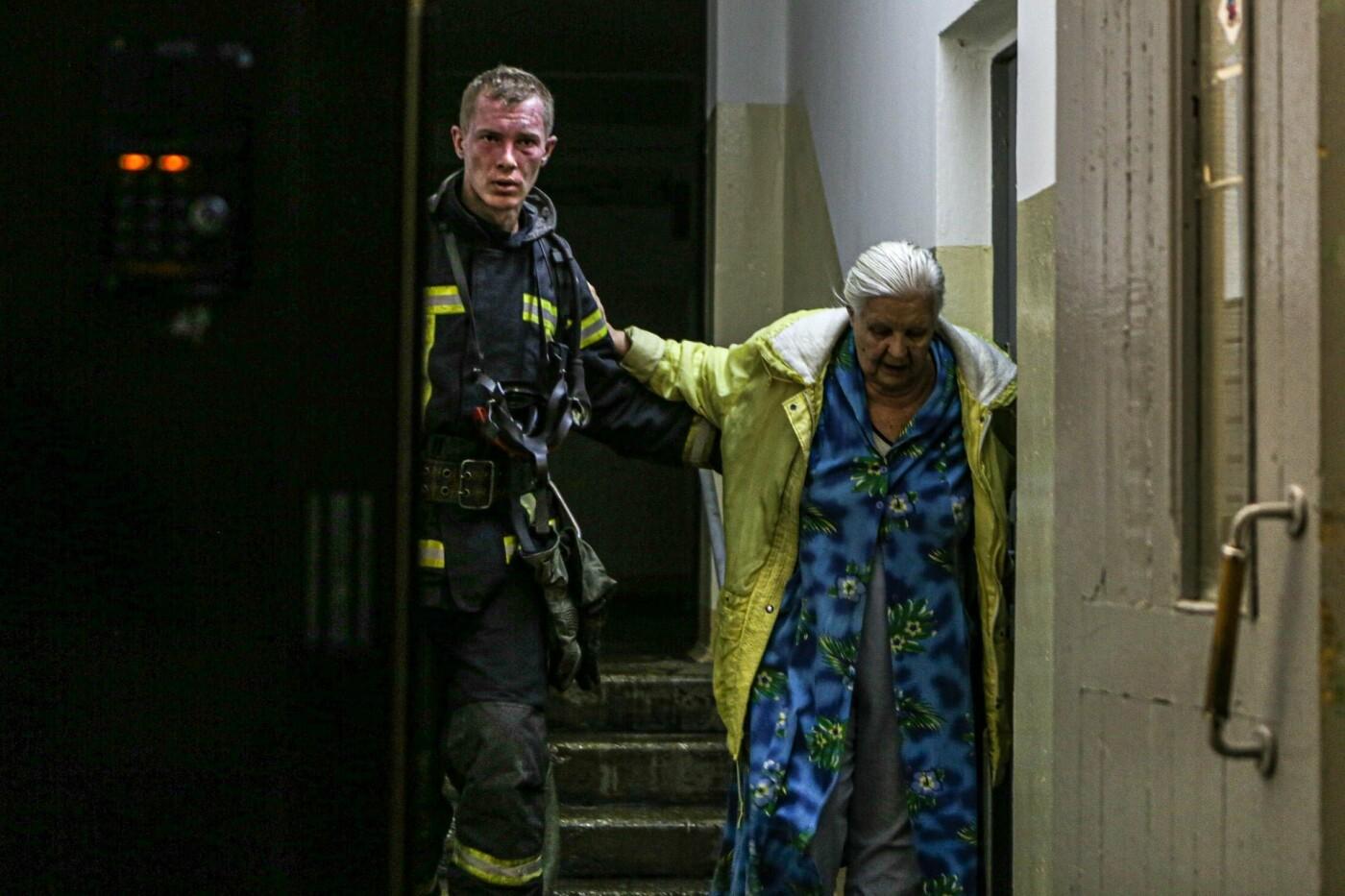 В Киеве горела многоэтажка: один человек погиб, 20 - эвакуированы, ФОТО: ГСЧС Киева