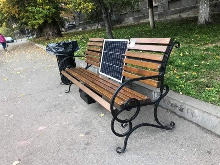 В Киеве возле КПИ установили лавочки с солнечными батареями, Фото: Алексей Король в Facebook