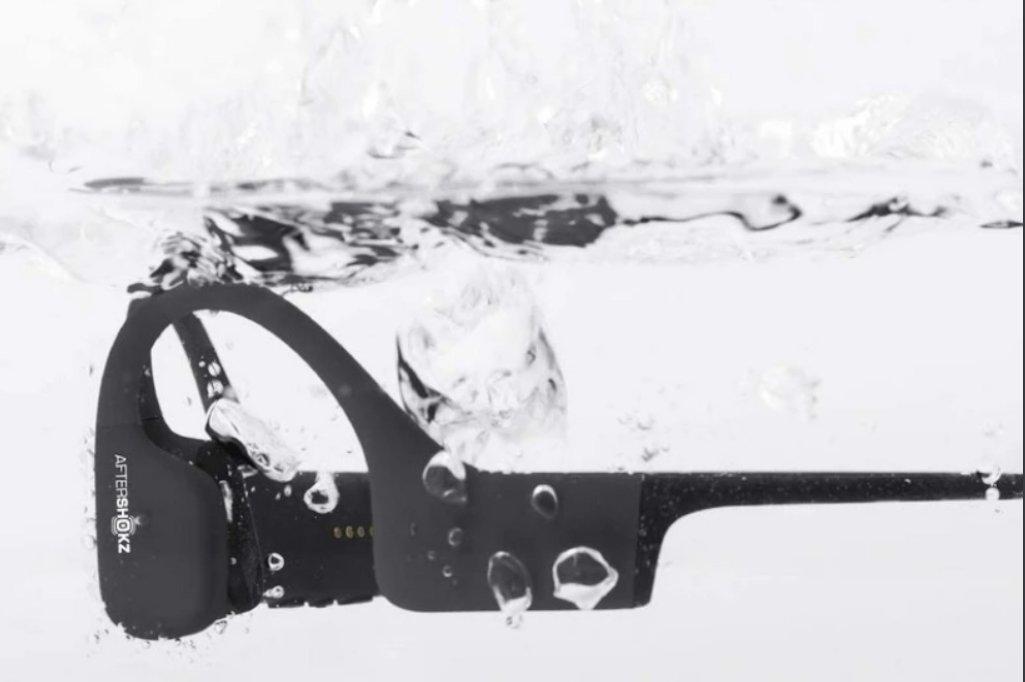 Aftershokz XTrainerz., Наушники с костной проводимостью, позволяющие погружаться на дно бассейна.