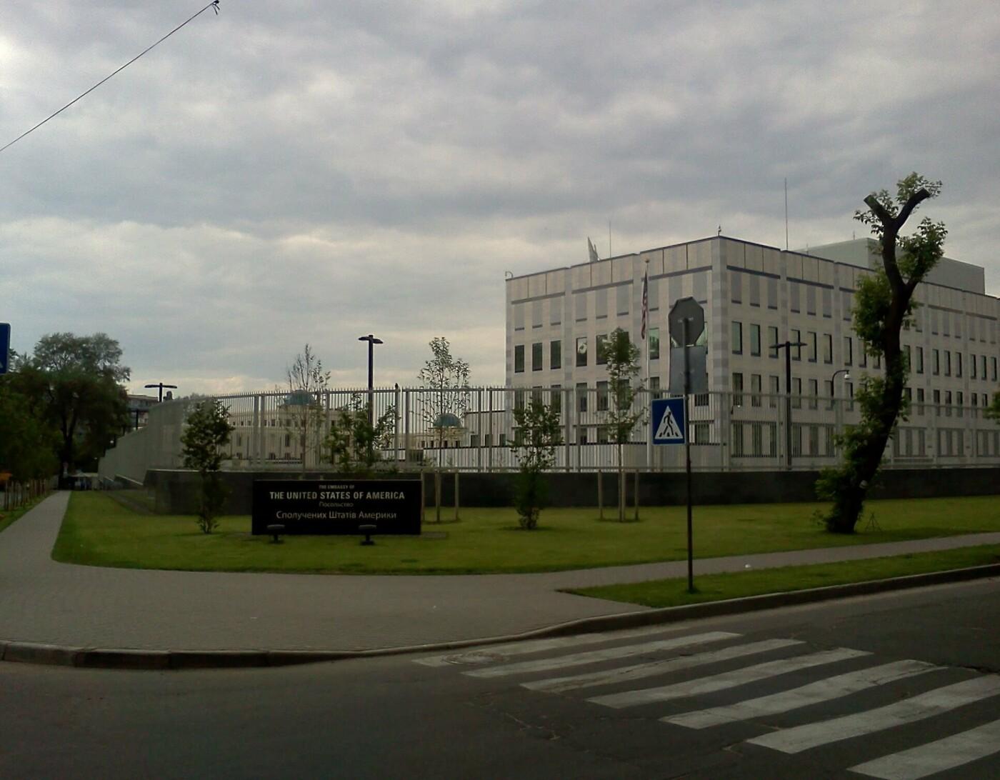 Посольство США в Киеве: где припарковаться, оставить машину и выпить кофе