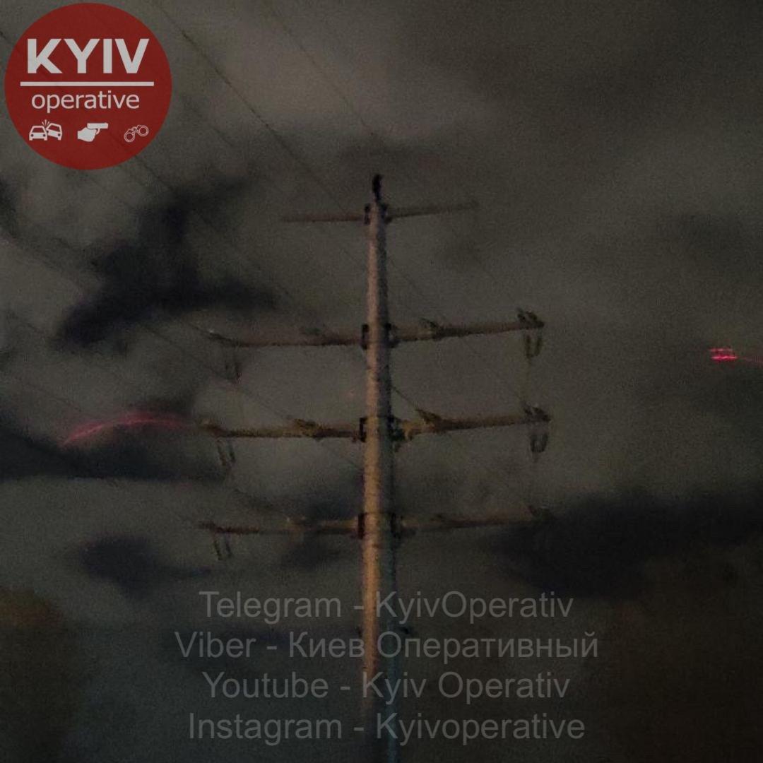 В Киеве на электроопору вылез человек, часть столицы осталась без света, Фото из паблика Киев оперативный