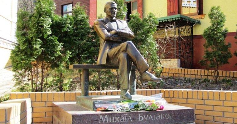 Памятник Михаилу Булгакову в Киеве., Фото: relax.com.ua