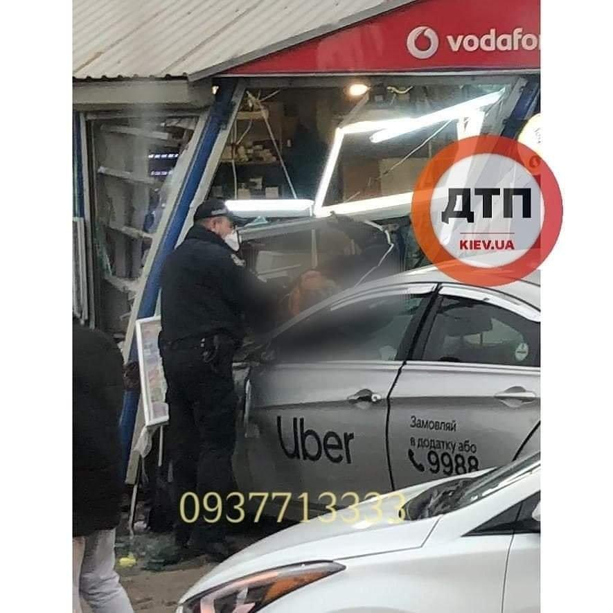 В Киеве таксист протаранил киоск и насмерть сбил двух мужчин, ФОТО, ВИДЕО, фото-2