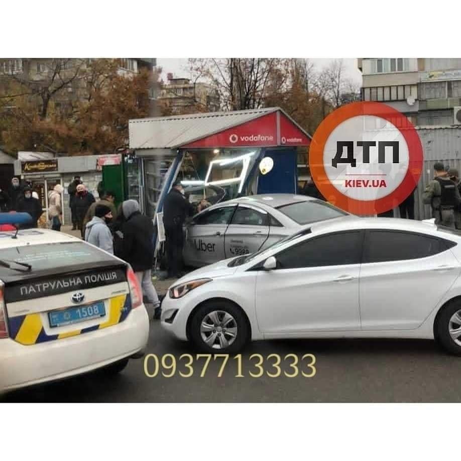 В Киеве таксист протаранил киоск и насмерть сбил двух мужчин, ФОТО, ВИДЕО, фото-1