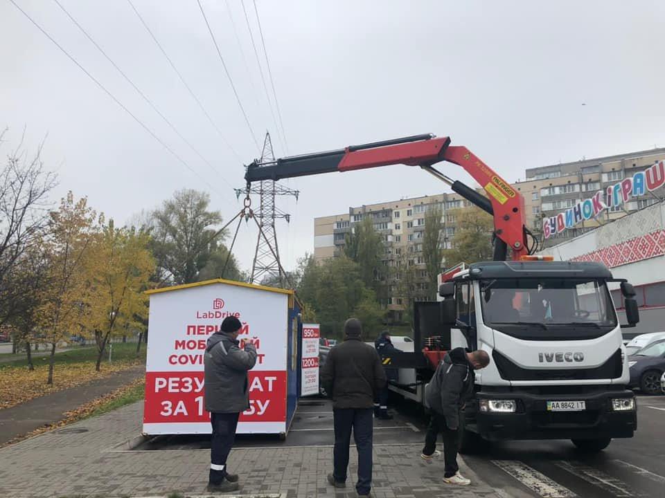 В Киеве работал COVID-вагончик, в котором незаконно делали тесты на коронавирус, Фото Госпотребслужбы
