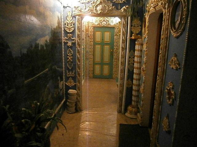В Киеве пенсионер украсил лифт и подъезд рисунками и старинными картинами, Фото: kiev.segodnya.ua
