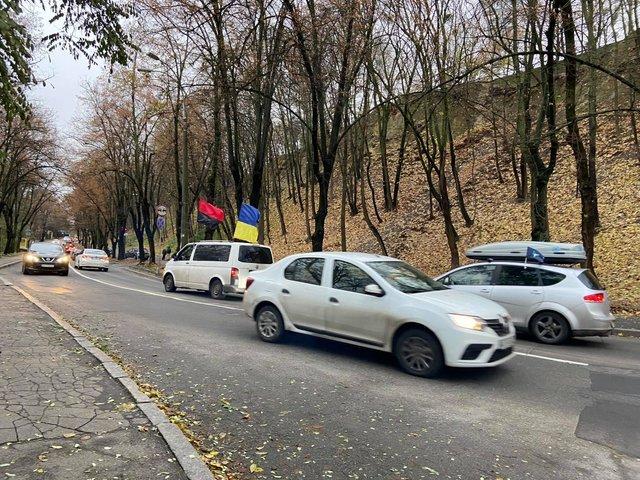 В Киеве активисты едут навестить Зеленского в Феофании. Их встречает полиция, Фото: 24tv